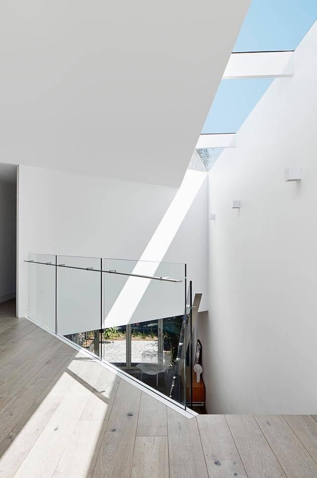 Thiết kế kính ở khoảng mái của hành lang giúp ánh sáng tự nhiên lọt vào vừa đủ, không quá gay gắt.