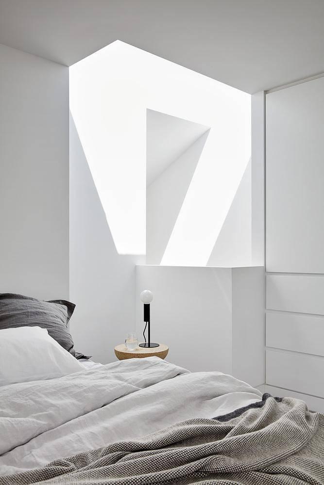 Phòng ngủ của căn hộ cũ được giữ lại. Màu sơn trắng giúp ánh sáng khuếch tán tốt hơn