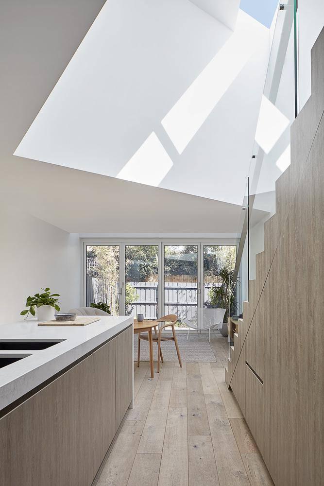Khoảng không gian chuyển tiếp thú vị giữa thiết kế mới và cũ của căn nhà, khéo léo và đầy tinh tế.