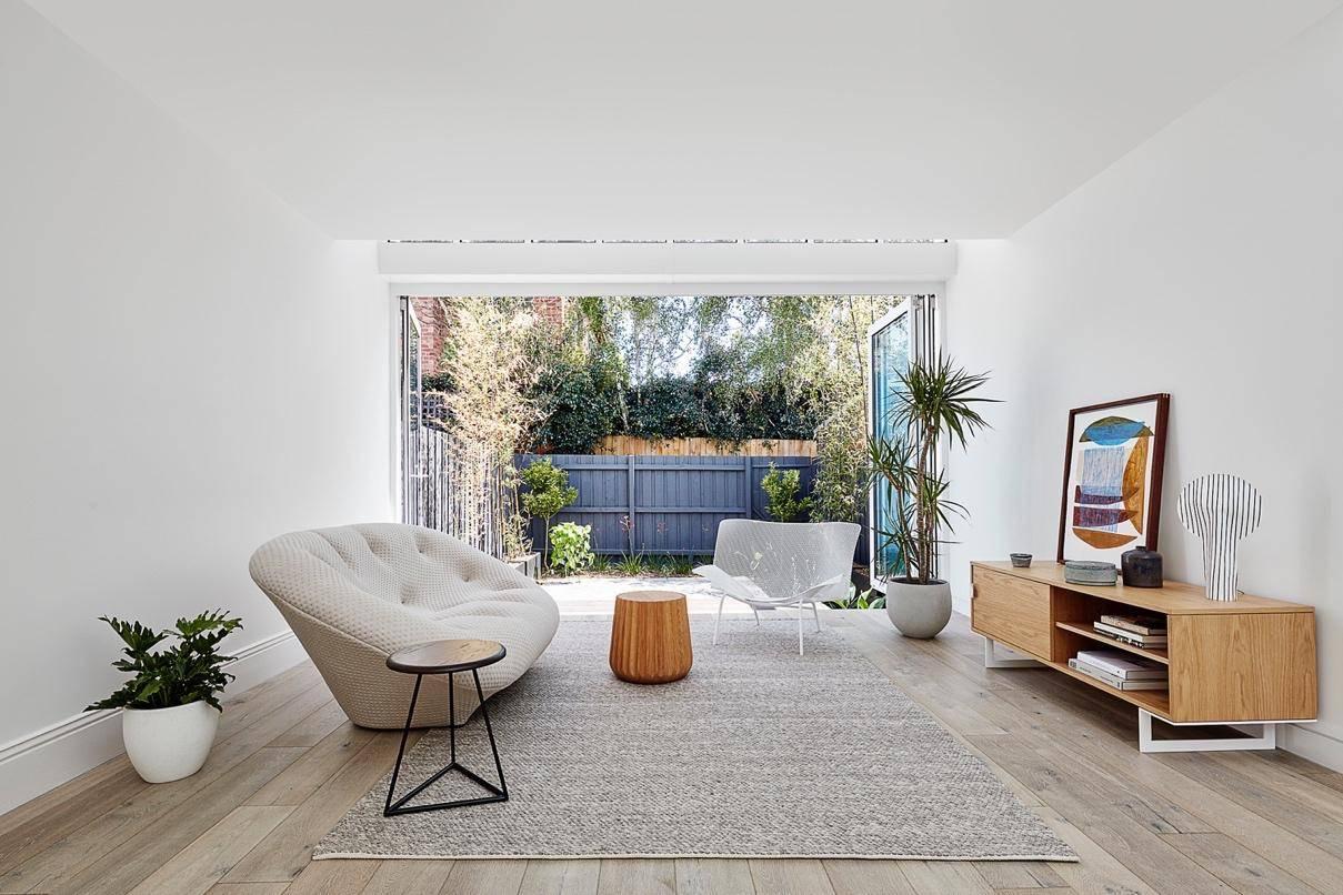 Phòng khách đơn giản với những nội thất mang gam màu trắng và gỗ tạo nên sự trang trọng, lịch thiệp nhưng cũng đủ ấm cúng với những vị khách lần đầu ghé thăm.