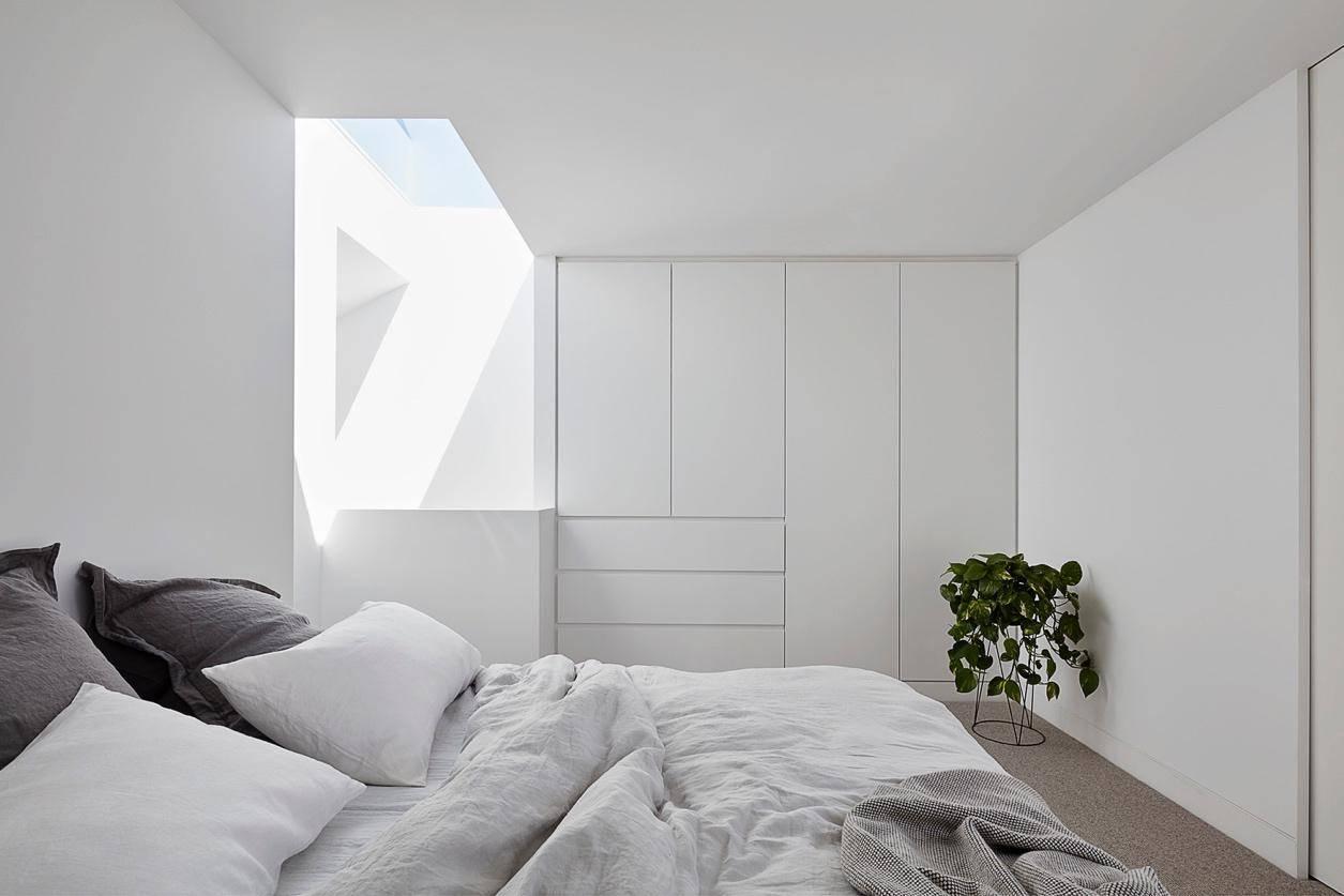 Phòng ngủ sử dụng gam màu trung tính trắng, xám nhưng không hề đơn điệu.