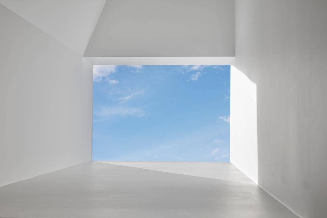 Ống khói là một phần được giữ lại của ngôi nhà cũ, có điều nó được cải tạo lại như một điểm đón sáng giúp ánh sáng tự nhiên dễ dàng đi vào căn nhà Oban Residence.