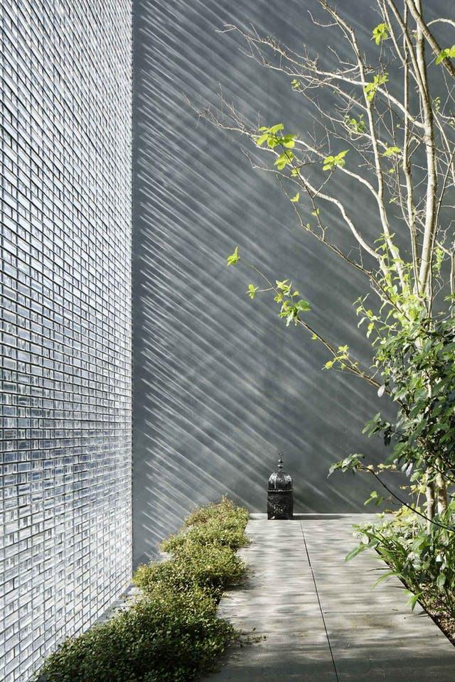 Gạch kính được tận dụng để lấy sáng toàn diện, tạo sự kết nối với không gian bên ngoài.